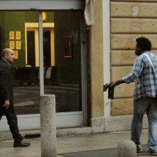 Contromano: Antonio Albanese e Alex Fondja in una scena del film
