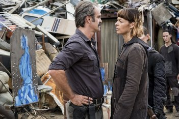 The Walking Dead: Steven Ogg e Pollyanna McIntosh nell'episodio The Lost and the Plunderers