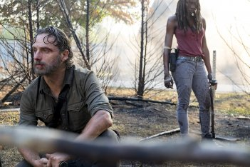 The Walking Dead: Andrew Lincoln insieme a Danai Gurira nell'episodio The Lost and the Plunderers