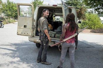 The Walking Dead: Danai Gurira e Andrew Lincoln in una scena dell'episodio The Lost and the Plunderers