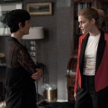 Jessica Jones: Carrie-Anne Moss e Rachael Taylor in una scena della seconda stagione