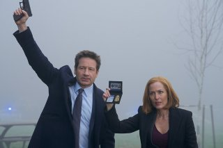 X-Files: David Duchovny e Gillian Anderson nell'episodio Familiar