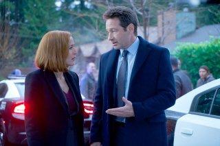 X-Files: David Duchovny insieme a Gillian Anderson in una scena dell'episodio Familiar