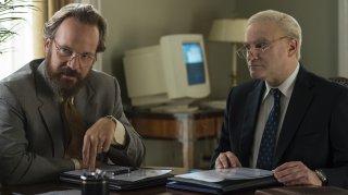 The Looming Tower: Peter Sarsgaard e Michael Stuhlbarg in una scena