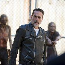 """The Walking Dead: Jeffrey Dean Morgan in una scena dell'episodio """"Dead or Alive Or"""""""
