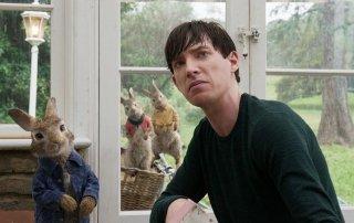 Peter Rabbit: Domhnall Gleeson in un momento del film