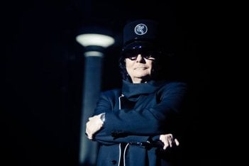 Zerovskij - Solo per amore: Renato Zero di spalle in un'immagine promozionale del documentario