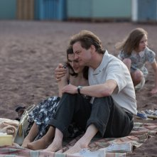 Il mistero di Donald C.: Rachel Weisz e Colin Firth in una scena del film