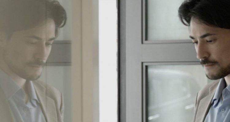 Transfert: Massimiliano Russo ci inchioda con una seduta psicanalitica in un esordio promettente
