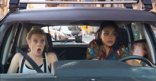 The Spy Who Dumped Me: Mila Kunis e Kate McKinnon in una concitata scena in auto