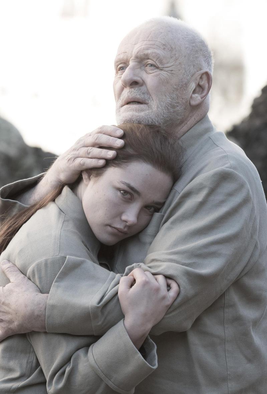 King Lear: Anthony Hopkins e Florence Pugh si abbracciano in una scena