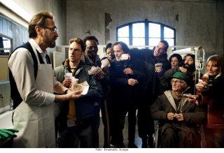 Io sono Tempesta: Elio Germano e Marco Giallini in una scena del film