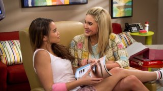 Alexa & Katie: Isabel May e Paris Berelc in una scena