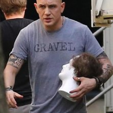 Fonzo: Tom Hardy rasato sul set