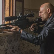 Deep State: Mark Strong in una scena