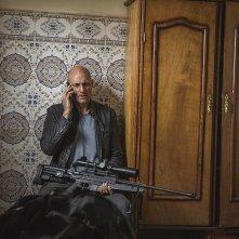Deep State: Mark Strong in una scena della serie