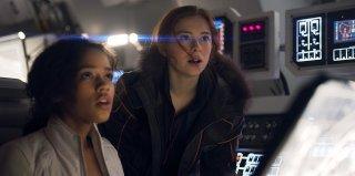 Lost in Space: una scena con Mina Sundwall e Taylor Russell