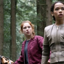 Lost in Space: Maxwell Jenkins, Mina Sundwall e Taylor Russell in una scena