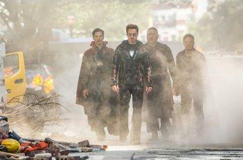 Avengers: Infinity War, Benedict Wong, Benedict Cumberbatch, Mark Ruffalo e Robert Downey Jr. in un momento del film