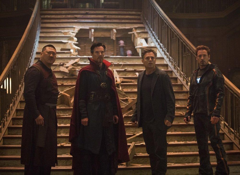 Avengers: Infinity War, Benedict Wong, Benedict Cumberbatch, Mark Ruffalo e Robert Downey Jr. in una scena del film