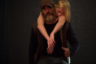 You Were Never Really Here: Joaquin Phoenix ed Ekaterina Samsonov in una scena