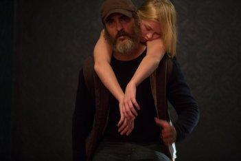 You Were Never Really Here: Joaquin Phoenix ed Ekaterina Samsonov in una scena
