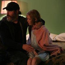 A Beautiful Day: Joaquin Phoenix con Ekaterina Samsonov in una scena del film