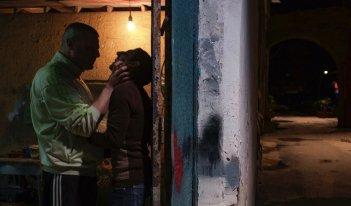 Dogman: Marcello Fonte ed Edoardo Pesce in una scena del film