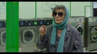 Parigi a piedi nudi: Emmanuelle Riva in una scena del film