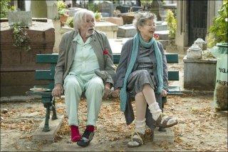 Parigi a piedi nudi: Pierre Richard ed Emmanuelle Riva in una scena del film