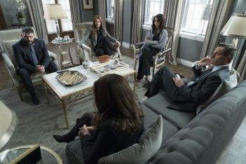 Scandal: una foto dei protagonisti nell'episodio Over a Cliff