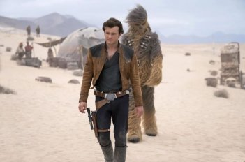 Solo: A Star Wars Story, Alden Ehrenreich a fianco di Chewbacca nel deserto