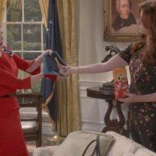 Will & Grace: Megan Mullally e Debra Messing in una foto della serie