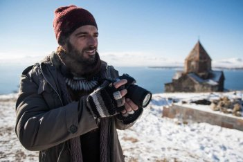 Hotel Gagarin: Luca Argentero in una scena del film