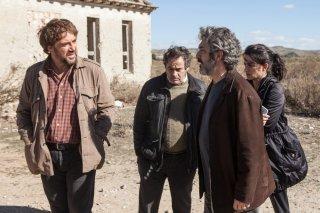 Everybody Knows: Ricardo Darín, Eduard Fernández, Penelope Cruz e Javier Bardem in una scena del film