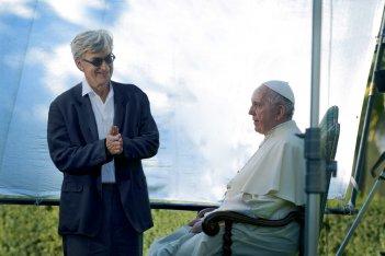 Pope Francis: A Man of His Word, Wim Wenders e Papa Francesco in un'immagine tratta dal documentario