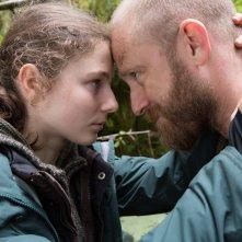 Leave No Trace: Thomasin McKenzie e Ben Foster in un momento del film