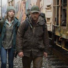 Leave No Trace: Thomasin McKenzie e Ben Foster in un'immagine del film