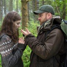 Leave No Trace: Thomasin McKenzie e Ben Foster in una scena del film