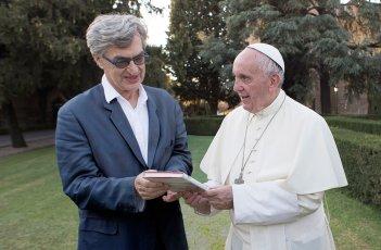 Pope Francis: A Man of His Word, Papa Francesco e Wim Wenders in un'immagine del documentario
