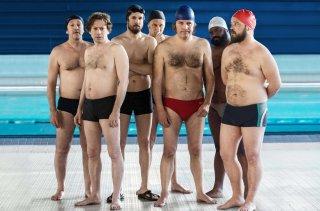 7 Uomini a mollo: Mathieu Amalric in una scena di gruppo del film