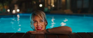 Under the Silver Lake: Riley Keough in una scena del film