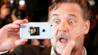 Russell Crowe si fa un selfie