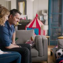 Famiglia allargata: Arnaud Ducret e Louise Bourgoin in una scena del film