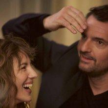 Famiglia allargata: Arnaud Ducret e Louise Bourgoin in un momento del film