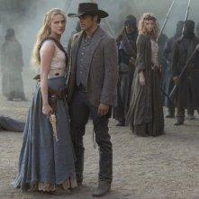 Westworld: Evan Rachel Wood e James Marsden in una scena dell'episodio Virtù e Fortuna