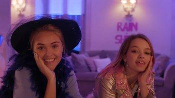 Penny on M.A.R.S.: Olivia-Mai Barrett e Shannon Gaskin in un'immagine del teen drama