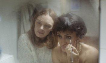 Montparnasse femminile singolare: Laetitia Dosch e Léonie Simaga in un momento del film