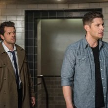 Supernatural: Jensen Ackles insieme a Misha Collins nell'episodio Let the Good Times Roll