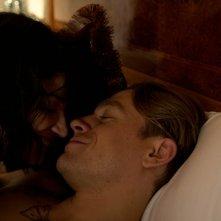 Papillon: Charlie Hunnam ed Eve Hewson in una scena del film